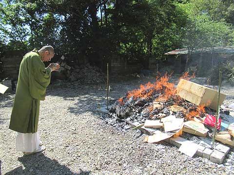 仏壇なども投入します