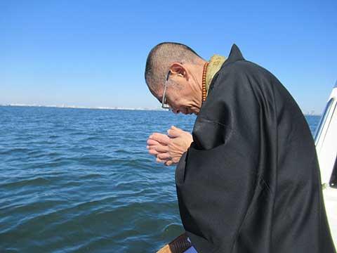 僧侶が見送る